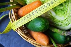 新鲜蔬菜:圆白菜、鲕梨、黄瓜、芦笋、红萝卜和测量的米 免版税库存图片