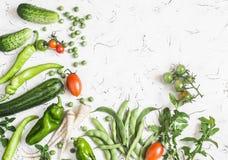 新鲜蔬菜-夏南瓜、黄瓜、绿豆和豆,欧洲防风草,胡椒,蕃茄,在白色背景的葱 免版税图库摄影