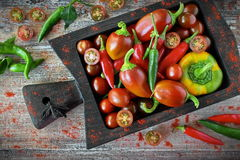 新鲜蔬菜-有机胡椒、辣椒粉和樱桃 免版税图库摄影