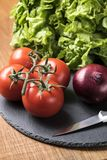 新鲜蔬菜-蕃茄、葱和莴苣 免版税库存照片