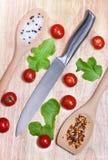 新鲜蔬菜-蕃茄樱桃和刀子在木板在桌背景 顶视图 健康概念的食物 免版税图库摄影