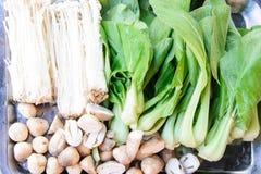新鲜蘑菇和choy 免版税库存照片