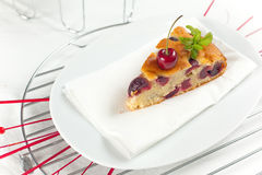 新鲜蛋糕的樱桃 库存照片
