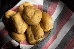 新鲜被烘烤的含油椒木属盐味的面包 库存照片