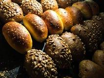 新鲜被烘烤的小圆面包 免版税库存图片