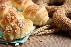 新鲜被烘烤的新月形面包 免版税库存图片