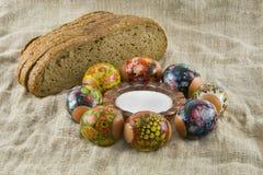 新鲜装饰的复活节彩蛋农村的许多 免版税库存照片