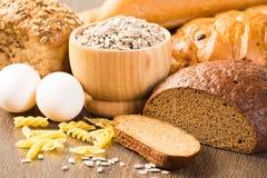 新鲜面包、鸡蛋、面团和五谷 库存照片