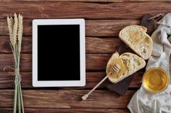 新鲜面包两个片断用在一张木桌上的自创蜂蜜 库存照片