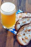新鲜面包切片用猪油和啤酒在oktoberfest餐巾 库存照片