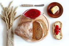 新鲜面包和果酱的顶视图 库存图片
