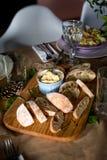 新鲜面包和自创黄油在装饰 库存照片