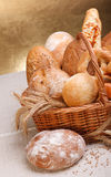 新鲜面包和酥皮点心 免版税库存照片