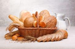 新鲜面包和酥皮点心 库存图片