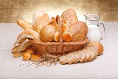 新鲜面包和酥皮点心 免版税库存图片