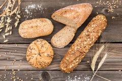 新鲜面包和面包店背景老葡萄酒的planked w 免版税库存照片
