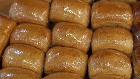 新鲜面包在超级市场紧贴影片,特写镜头 股票录像