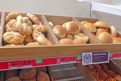 新鲜面包在面包店滚动 免版税库存照片