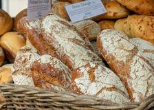 新鲜面包待售在地方农夫市场上 免版税库存照片
