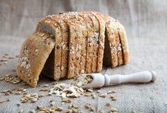 新鲜面包用在背景的麸皮老袋装 免版税图库摄影
