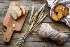 新鲜面包用小麦面粉在木书桌背景顶视图的面包店商店 库存照片