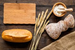 新鲜面包用小麦面粉在木书桌背景顶视图空间的面包店商店文本的 库存图片