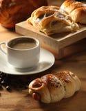 新鲜面包的咖啡 库存照片