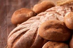 新鲜面包的Assortement在木桌上的 免版税图库摄影