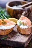 新鲜面包酸奶干酪和熏制鲑鱼用莳萝 图库摄影