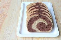 新鲜面包,全麦面包在家烘烤了非常健康,两口气黑麦面包 免版税库存图片