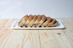 新鲜面包,全麦面包在家烘烤了非常健康,两口气黑麦面包 免版税库存照片