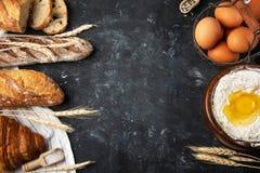 新鲜面包,烘烤的成份的分类 被夺取的静物画从上面,横幅布局 健康家制面包 免版税库存图片