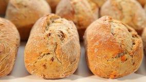 新鲜面包,黑暗的小圆面包 股票视频