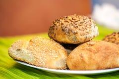 新鲜面包滚动用向日葵和芝麻籽 免版税库存照片