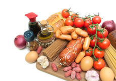 新鲜食品、香料、橄榄油和调味汁在一个切板在a 库存图片
