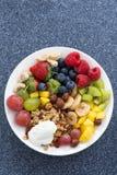 新鲜食品一顿健康早餐-莓果,果子,坚果 免版税库存照片