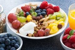 新鲜食品一顿健康早餐-莓果,果子,坚果 库存图片