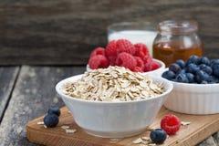 新鲜食品在木背景的一顿健康早餐 免版税库存图片