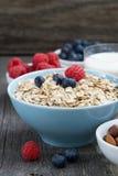 新鲜食品在木背景的一顿健康早餐 库存图片