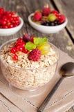 新鲜食品在木背景的一顿健康早餐 图库摄影