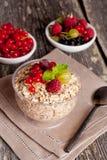 新鲜食品在木背景的一顿早餐,特写镜头 免版税库存照片