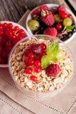 新鲜食品在木背景的一顿早餐,特写镜头v 图库摄影