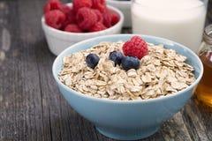 新鲜食品在黑暗的木背景的一顿健康早餐 免版税库存图片