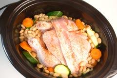 新鲜鸡的烹饪器材减慢 库存照片