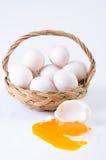 新鲜,在篮子的鸡蛋在白色背景 免版税库存照片