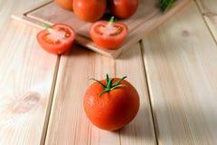 新鲜,成熟蕃茄特写镜头在木背景的 免版税图库摄影