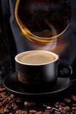 新鲜,浓咖啡芬芳芳香与富有,厚实的泡沫的不会留给任何人冷漠 免版税库存图片