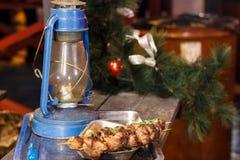 新鲜,热,油煎的,开胃烤肉串在格栅烹调了  免版税库存照片