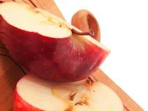 新鲜,红色苹果在木切板切成了两半 宏指令 免版税库存照片