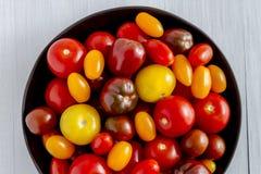 新鲜从在碗的庭院蕃茄 免版税库存照片